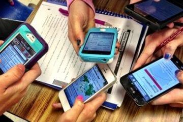 Gerenciamento Inteligente - pessoas mexendo no celular
