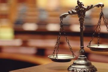 Trabalho Intermitente e a Reforma Trabalhista - balança da justiça com fundo desfocado