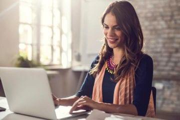 contrato intermitente - mulher feliz no computador