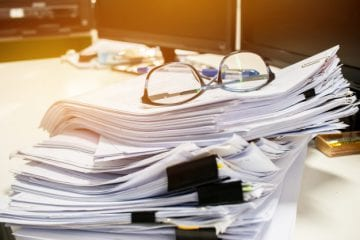 Tipos de Contrato de Trabalho - pilha de documentos sobrepostos