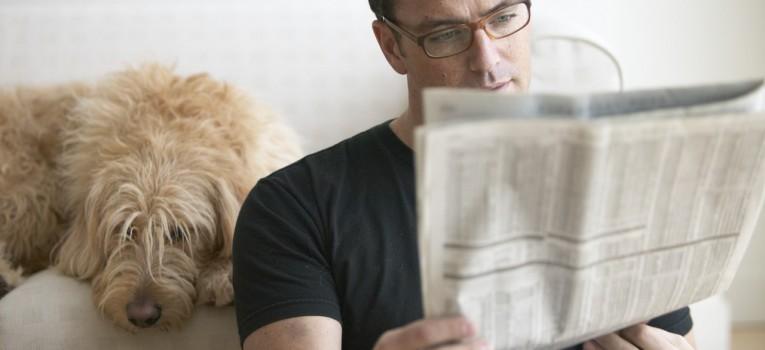 tipos de trabalho intermitente, temporário ou parcial - homem lendo um jornal
