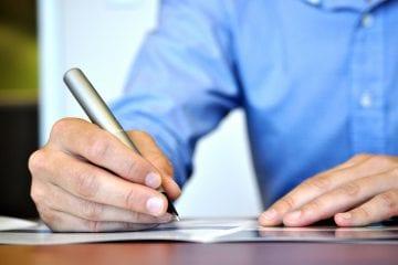 Contrato de Trabalho Intermitente - homem assinando contrato