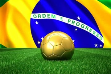 Trabalho Intermitente na Copa do Mundo 2018 - gramado de futebol com bola dourada e a bandeira do Brasil de fundo