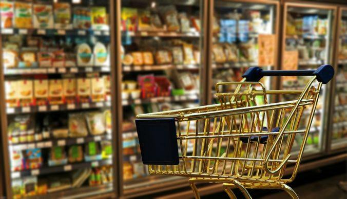 dia do comerciante - carrinho dourado de compras em um supermercado