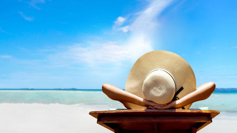 Férias no Trabalho Intermitente - mulher numa espreguiçadeira na praia
