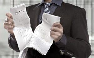 Carteira de Trabalho no Regime Intermitente - homem de terno rasgando contrato