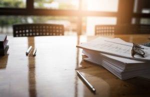 Tipos de Contrato de Trabalho - documentos sobre a mesa
