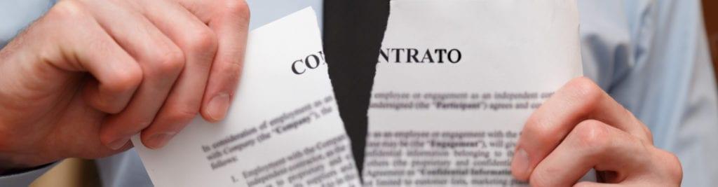 Quebra de Contrato Intermitente - documento de contrato de trabalho sendo rasgado
